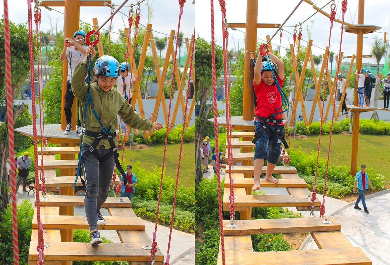 Các bạn trẻ trải nghiệm trò chơi tại tổ hợp Adventure Forest trong ngày khánh thành công viên Gem Sky Park.